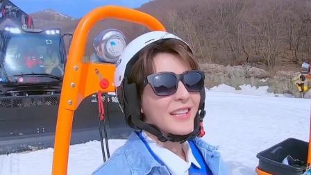 众人齐聚高山滑雪场地,现场体验安全防护网的安装 冬梦之约 20210409