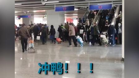大爷一大清早组团坐地铁去钓鱼 成群结队浩浩荡荡 路人直呼壮观!