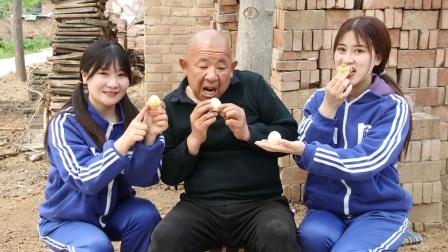 田田怕大爷离开她们,给大爷买了人参果想让他长生不老,真暖心