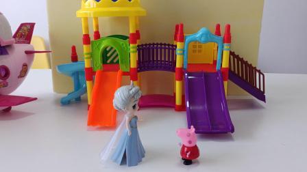 粉红佩奇和白雪姐姐比赛滑滑梯!你们猜下谁赢?谁赢奖励棉花糖哦