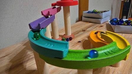 彩色大理石球通过陶瓷和木质跑道