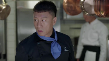 俩厨师一个拿锅一个拿擀面杖要打架,主厨直接递上两把刀