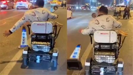 残疾男子坐代步车推倒几十个路障 环卫工无奈跟在后面挨个扶正