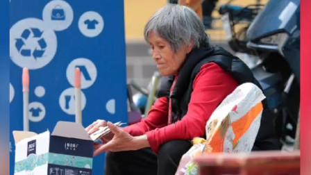 深圳73岁老奶奶捡垃圾,一天才挣十几块钱,生活真的太不容易了