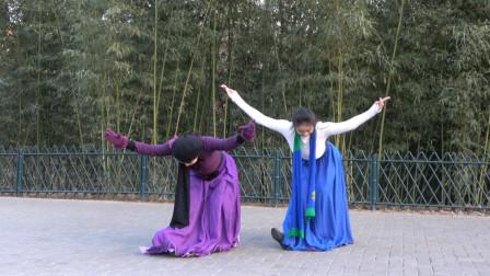 师徒二人精彩演绎广场舞《高原红》歌醉舞美人更美,跳得很棒