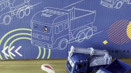 小兔第一次看到大货车和挖掘机