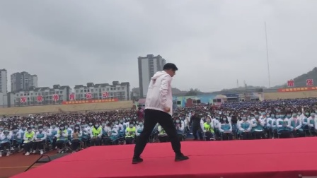 乐山一县教育局局长跳舞给高三学生减压 全场欢呼沸腾