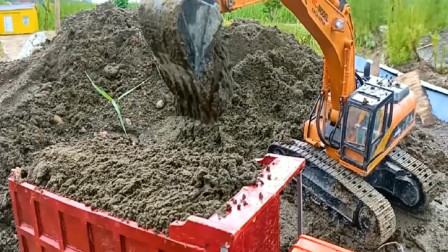 工程车挖掘机与翻斗车合作运送泥土 创意玩具