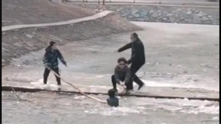 男孩玩耍时坠入冰面,周边群众听到呼救后飞奔营救
