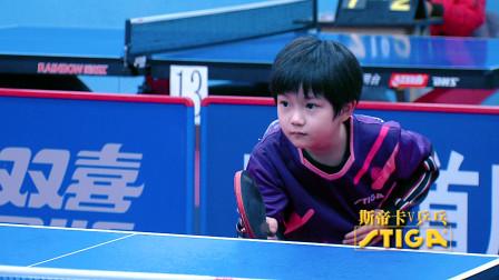 小萌妹大战小萌娃,两个只比球台高一点的小孩打得真精彩!