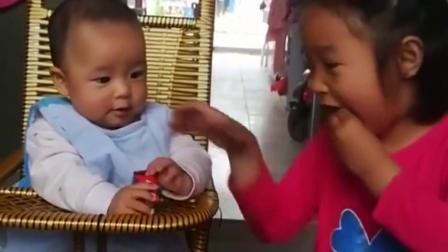 亲子趣事:姐姐吃糖果不让妈妈看见