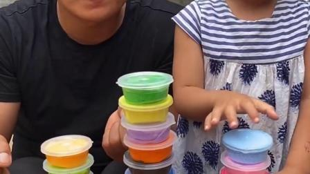趣事童年:爸爸和宝宝玩游戏吃糖