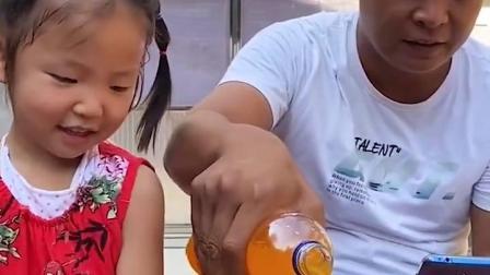 童年趣事:萌娃把爸爸的饮料都拿走啦!