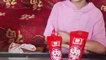 趣事童年:草莓味的棒棒糖看起来好好吃呀