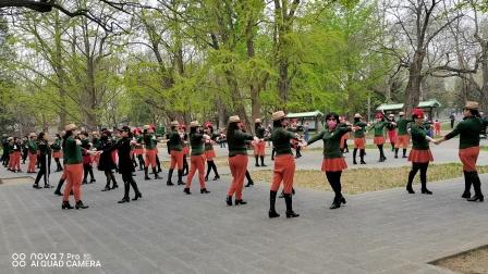 有这么一群人,不论春夏秋冬,每天早晨都从北京的四面八方赶往天坛公园西门一起锻炼,经过多年的坚持,现已成为天坛一角独特的风景线!这就是天坛公园西门姥姥水兵舞团!