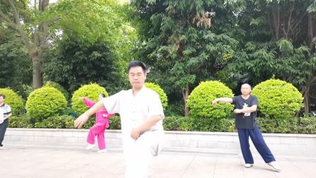 太极拳松肩的方法,习练者可参考