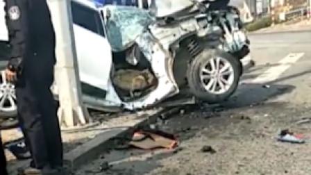 撞报废!辽宁2辆SUV相撞,2人现场被盖蓝布