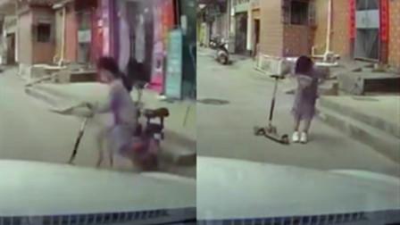 女孩骑滑板车突然冲出路口险被撞 随后一个动作让车主瞬间没脾气