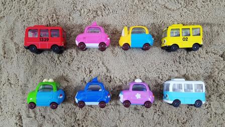 可爱的彩色小汽车玩具堆沙子