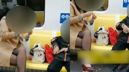 """""""以身作则"""" 母亲带着孩子在地铁上边吃边扔 还占了一排座"""