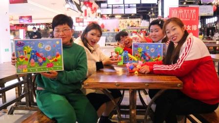 孩子们组装小猪佩奇玩具,还和佩奇玩过家家