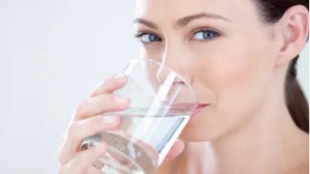 早上空腹喝水真的养生吗?忠告:喝水注意这3个细节有益于健康