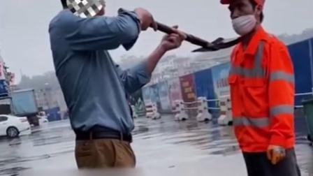 环卫工冒雨打扫卫生 因抗议垃圾中倾倒狗屎被对方持铁铲封喉威胁