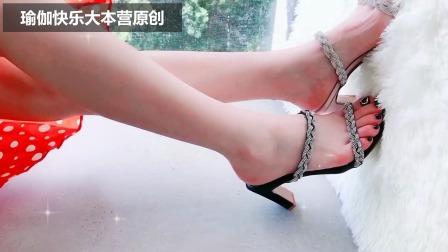 美丽的长裙配上时尚高跟鞋,这样的女孩走在大街上