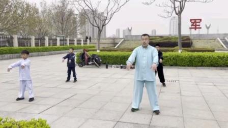 唐维禄唐传形意拳,八卦掌第四代嫡传唐胜军老师和三位小弟子练习太极拳
