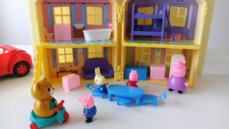 粉红佩奇暑假记:粉红佩奇玩彩虹塔,小乔治骑车车啦!