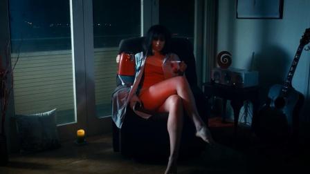 女子买了一部旧沙发,可它只喜欢被美女坐,男人坐上后瞬间毙命
