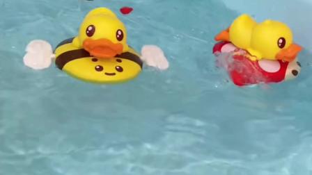 洗澡的时候放上两只小鸭子,太欢乐了