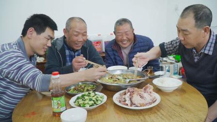 """阿远今天做""""酥肉汤"""",配上一只2斤重的扒鸡,大伯吃得满口流油"""