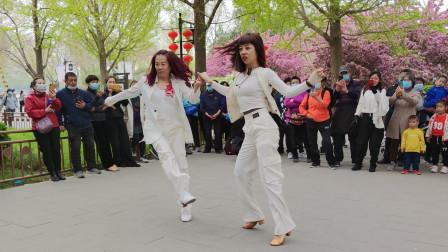 吉特巴《你比春天还美丽》歌声悠扬,姐妹俩舞步新颖好看