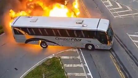 油罐车撞上出租车再撞公交 现场瞬间燃起巨大火球恐怖一幕曝光