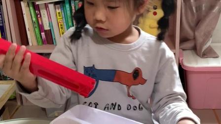 金色童年:拆箱益智多米诺小火车玩具