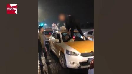 乱报价起争执,小伙酒后站出租车上脚踹拳打,司机:你开心就好
