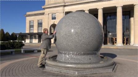 重达数吨的石球为何能在水上旋转?动画展示原理,看完你就懂了