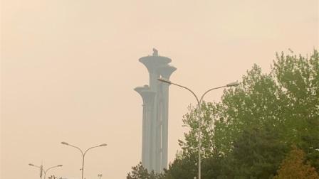 天黄了!大风和沙尘已经到达北京西北部边界