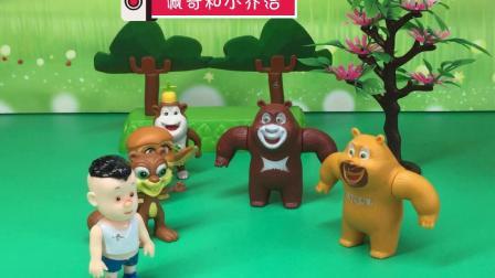 熊大让熊二报数,结果熊二抱住了树,真搞笑
