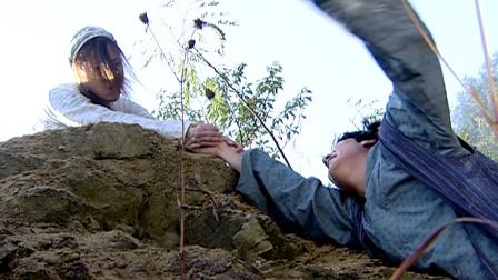 龙巡天下:夫妻林中遇到劫匪,逃跑时不慎跌落悬崖,下秒巨石落下