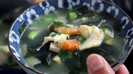 虾仁裙带菜汤,春天多给小孩熬汤喝,营养又好喝,太鲜了