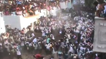 印度数千村民无视疫情互扔牛粪送祝福