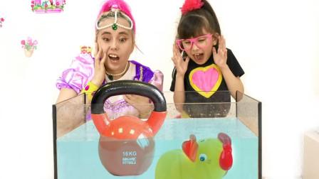 萌娃益智亲子游戏:萌宝小萝莉和姐姐怎么扔玩具到水缸里?这是一个比赛吗?谁输了呢?
