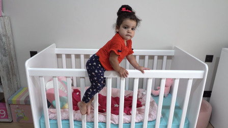 太奇怪,萌娃小萝莉怎么从婴儿床上爬下来了?可是她为何不让小正太睡觉呢?儿童亲子益智游戏