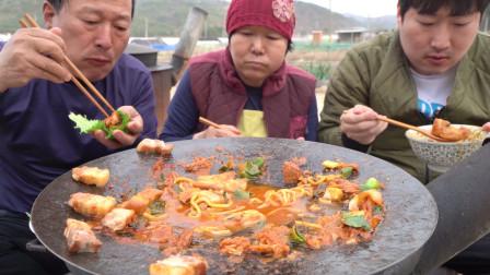 和父母在家品尝浓郁的牛肉汤,搭配烤肉和泡菜,爸爸:泡菜真香!