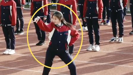 最怕运动会上的女生,一上场就是王炸,全校男生都被迷住了!
