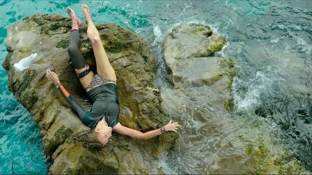 女子被困海中礁石,与鲨鱼大战2天2夜,周围还藏着一群火珊瑚!