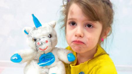 萌娃益智亲子游戏:萌宝小萝莉拿着独角兽一起玩,可是为何不开心?姐姐给她带来什么惊喜玩具?