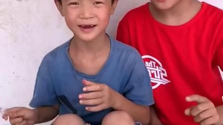 忧伤的童年:哥哥说弟弟别吃糖了,会有蛀牙的,吃点水果